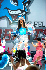 JULIE AND THE PHANTOMS (da sinistra a destra) MADISON REYES come JULIE nell'episodio 104 di JULIE AND THE PHANTOMS Cr.  KAILEY SCHWERMAN/NETFLIX © 2020
